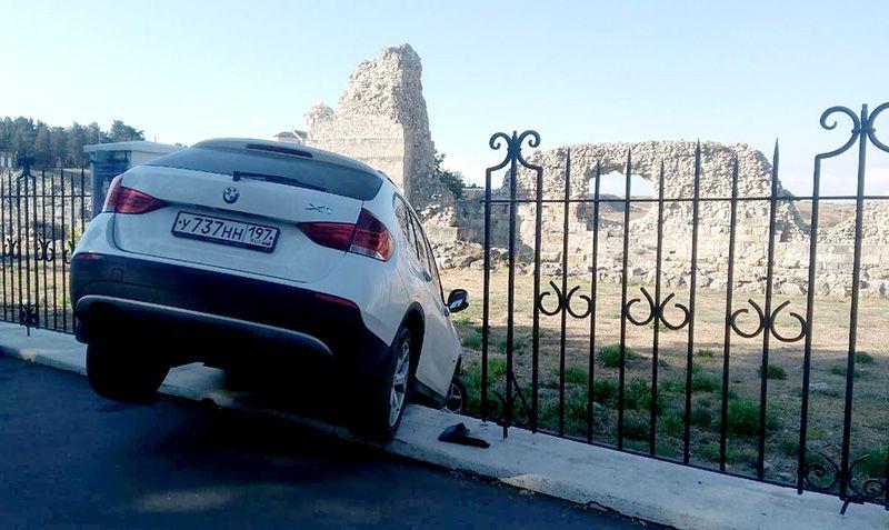В Севастополе BMW попытался проникнуть на территорию «Херсонеса Таврического»