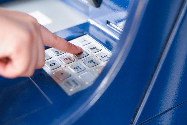 В Симферополе пенсионерка сняла в банкомате наличку, забытую юной крымчанкой