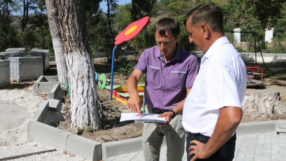 Константин Рожко посетил реконструируемую парковую территорию в селе Междуречье