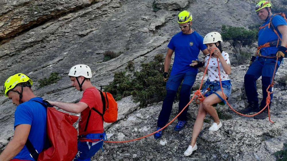 """В г. Судак спасатели """"КРЫМ-СПАС"""" эвакуировали парня и девушку с опасного труднодоступного склона г. Сокол."""