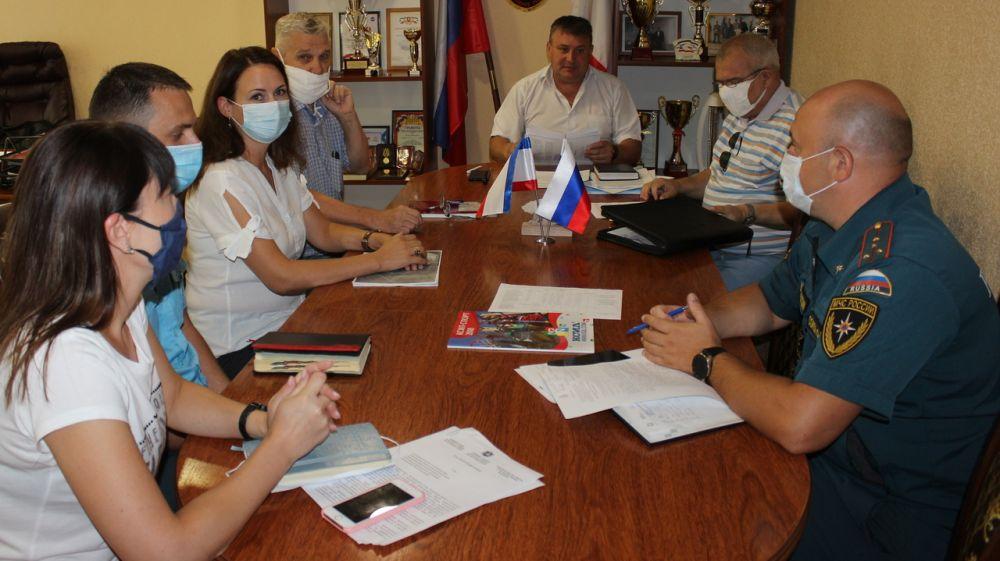 Глава администрации Сакского района Михаил Слободяник провёл совещание по вопросу определения мест, подверженным пожарам