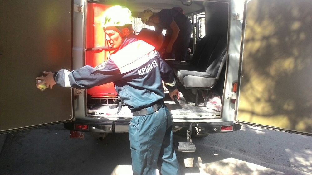 """в г. Судак спасатели """"КРЫМ-СПАС"""" эвакуировали травмированную девушку с тропы Голицына"""