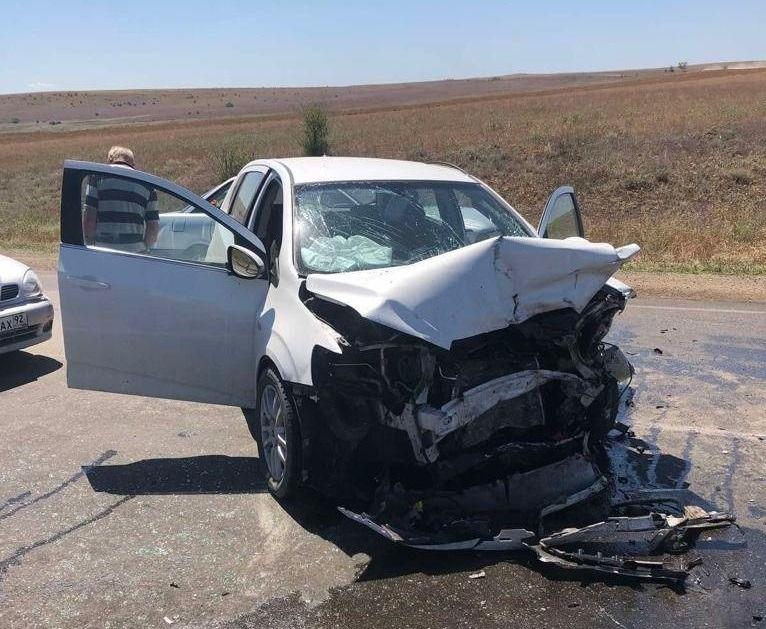 На трассе в Крыму лоб в лоб столкнулись две иномарки