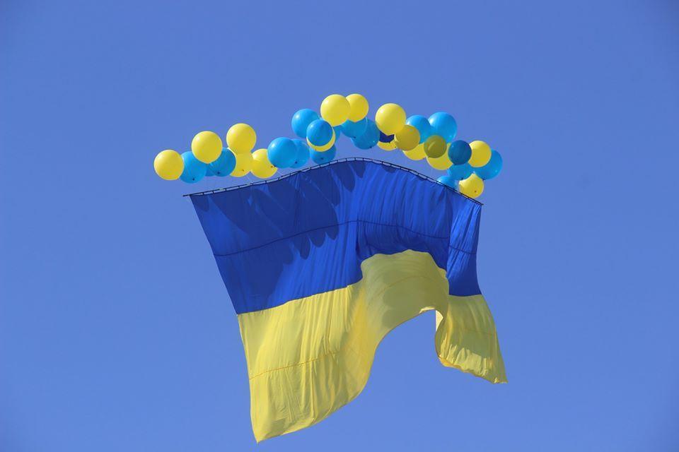 На Украине запустили 25-метровый флаг с листовками в Крым