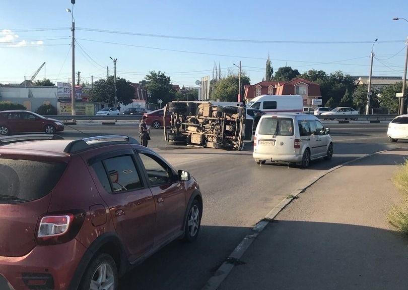 На объездной в Симферополе перевернулся грузовик