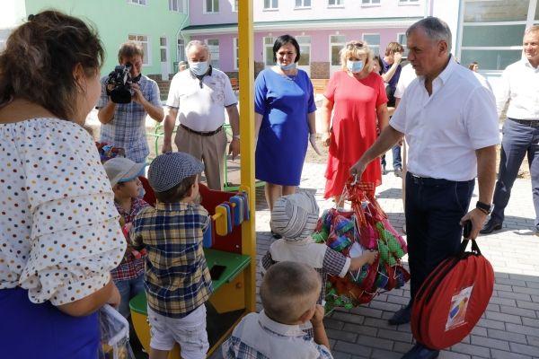 Владимир Константинов посетил образовательные учреждения северной части Крыма
