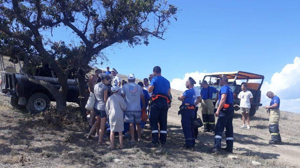 """Спасатели Судакского АСО """"КРЫМ-СПАС"""" оказали помощь пострадавшим в результате ДТП на мысе Меганом. УАЗ осуществлял прогулочный выезд в горной местности."""