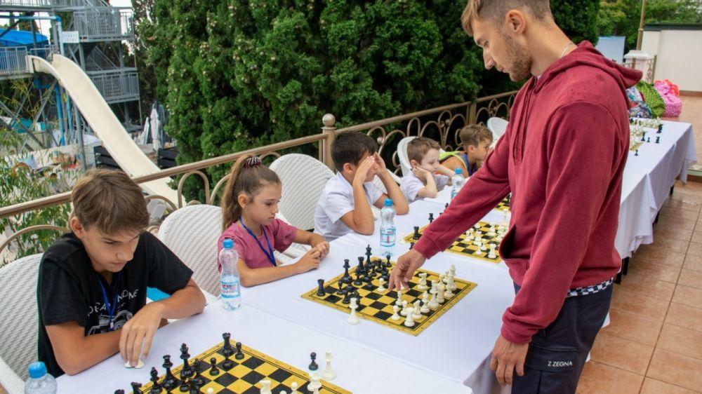 В Ялте состоялся сеанс одновременной игры в шахматы с титулованным спортсменом