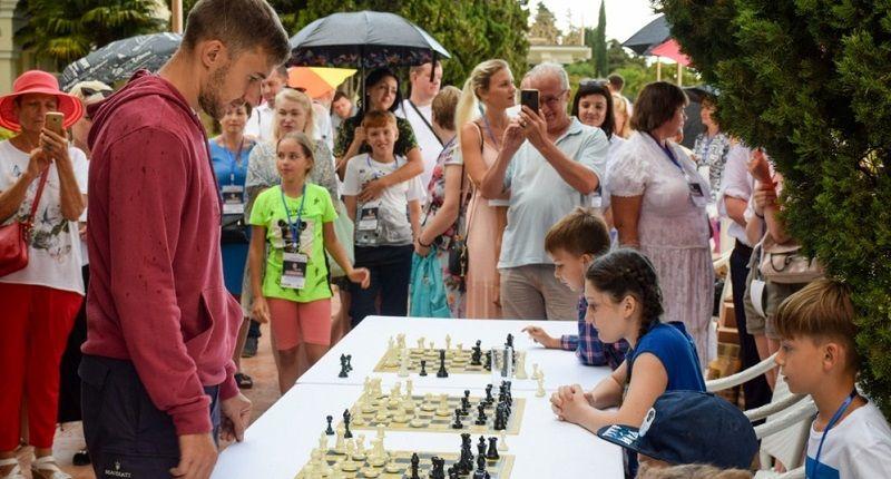 Известный крымский шахматист Сергей Карякин дал сеанс одновременной игры юным ялтинцам