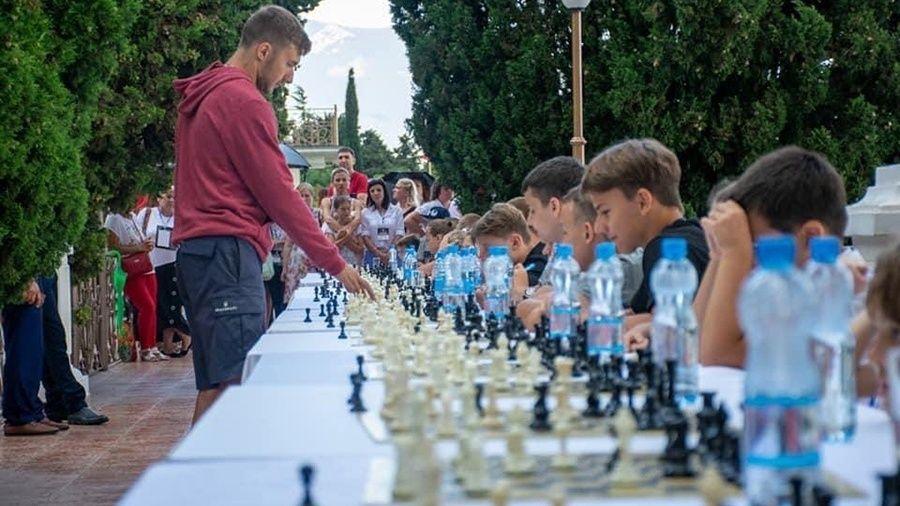 Гроссмейстер Сергей Карякин провел сеанс одновременной игры в Ялте