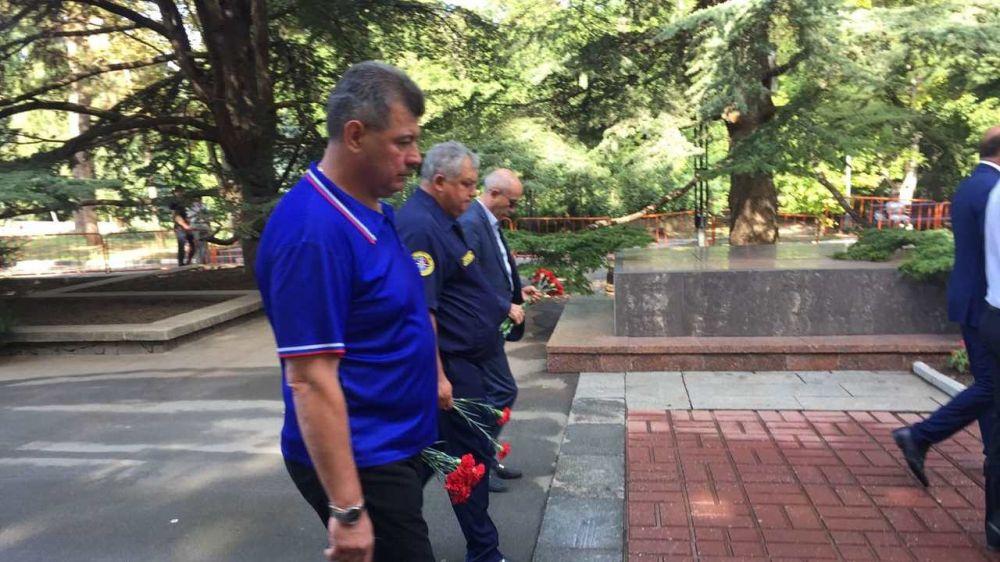 В День окончания Второй мировой войны, руководители МЧС Республики Крым возложили цветы к вечному огню в парке им. Ю. Гагарина