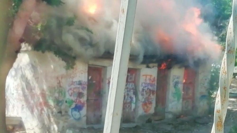 В Ленинском районе Севастополя горят хозпостройки