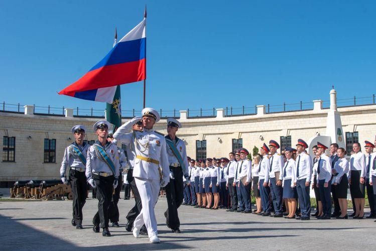 Михаил Развожаев поздравил молодых офицеров Следственного комитета с принесением присяги