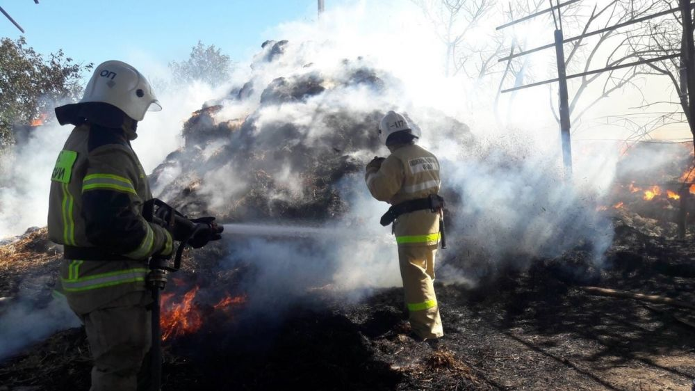 Крымские огнеборцы ликвидировали возгорание 1000 тюков соломы