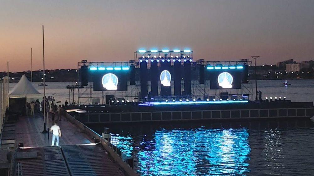 В Севастополе ансамбль Черноморского флота провел концерт на воде