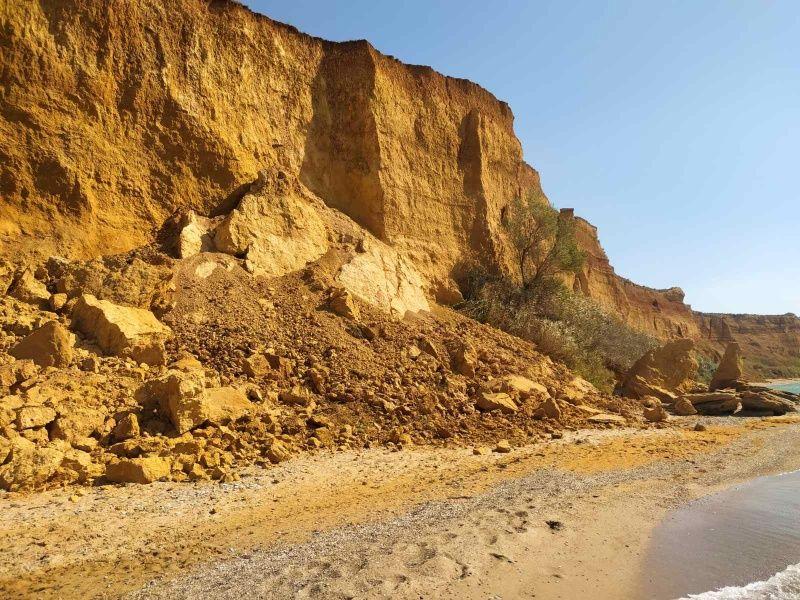 На пляже поселка Андреевка, под Севастополем произошел обвал грунта
