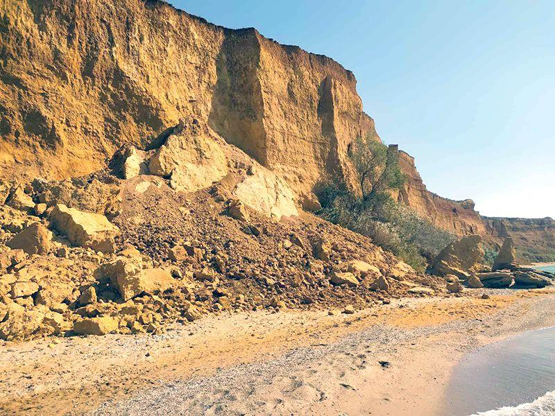 На пляже в Андреевке произошел обвал грунта