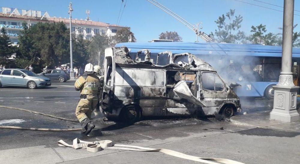 В центре Севастополя сгорел автомобиль