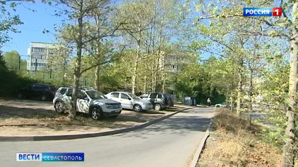 В Севастополе автовладельцев начали штрафовать за парковку на газонах