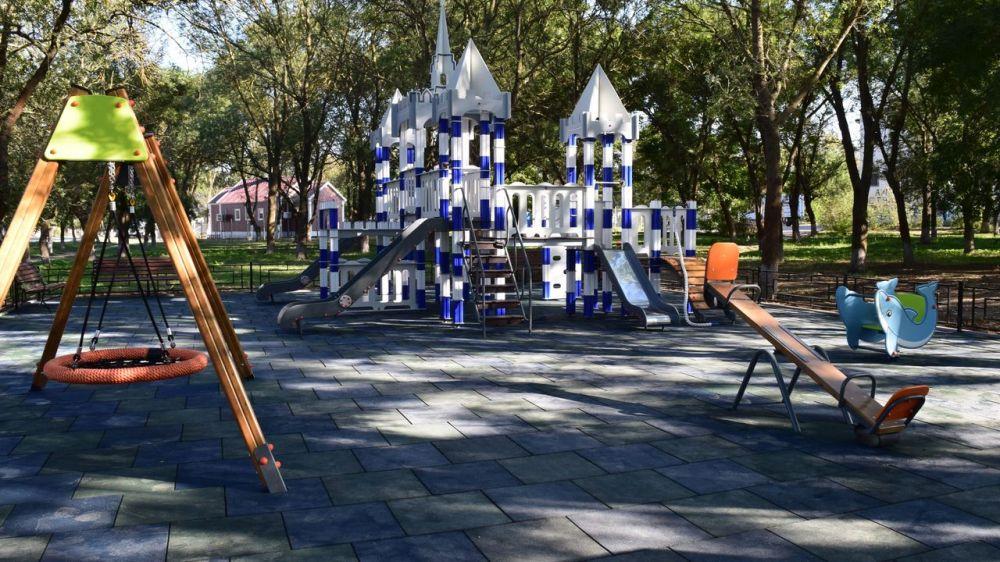 В Джанкое завершается установка детской игровой площадки