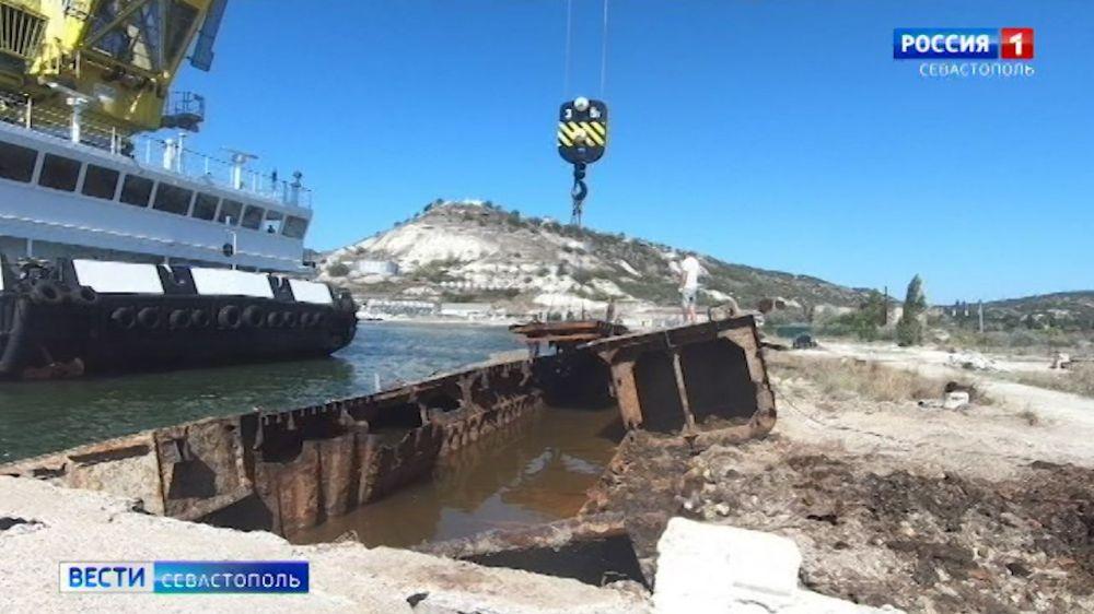 В Графской бухте поднимают со дна останки затонувшие металлоконструкции
