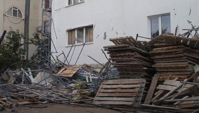 В Севастополе рабочего завалило строительными лесами – видео
