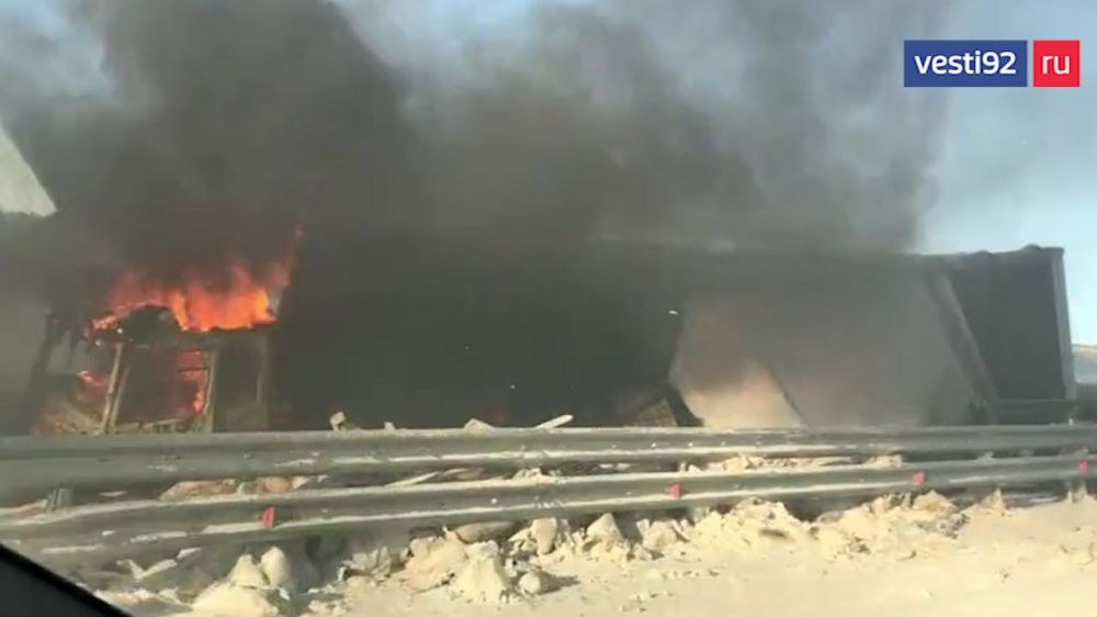 У Крымского моста на трассе Анапа — Керчь дотла сгорела фура