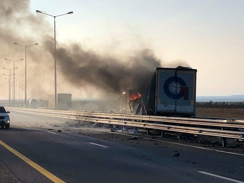 На подъезде к Крымскому мосту сгорела фура