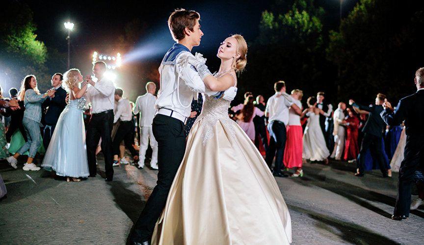 Сотни пар, более 20 танцев: как прошёл бал на площади Нахимова в Севастополе