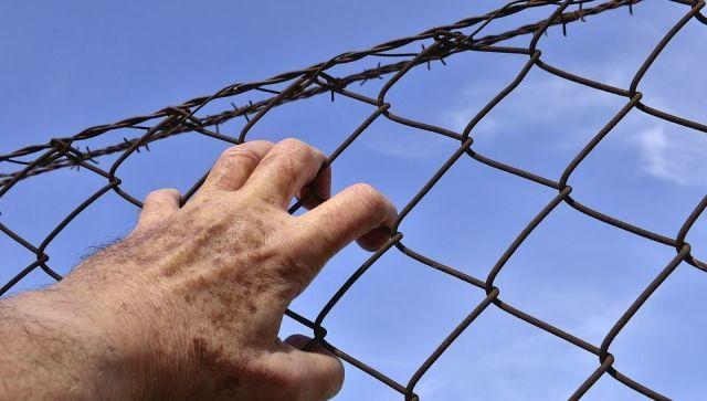 Медицинская маска помогла арестанту покинуть тюрьму через главный вход