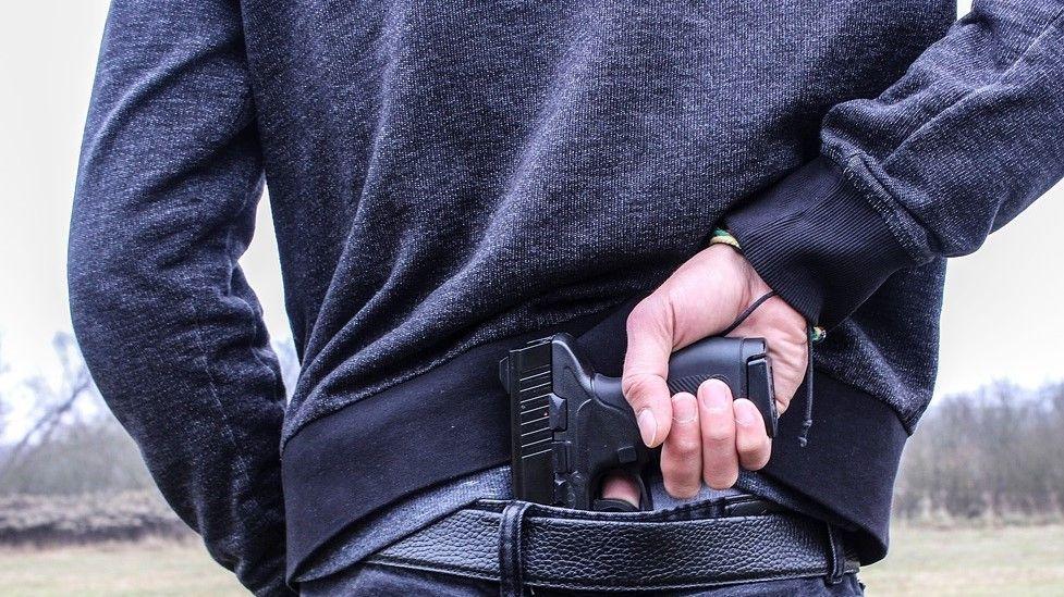 В симферопольском баре приезжий выстрелил посетителю в лицо во время ссоры