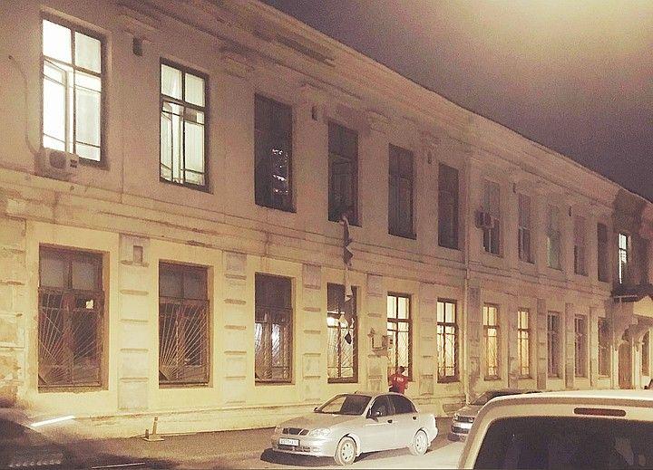 Пациенты военного госпиталя в центре Симферополя получают еду через окна по простыням