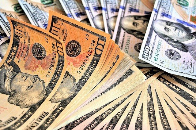В Ялте накрыли подпольный пункт обмена валют, оборудованный в «Мерседесе»