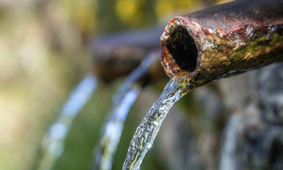 Под Симферополем неизвестные перекрывают воду