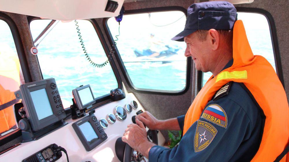 Крымские спасатели оказали помощь на воде в районе Крымского моста