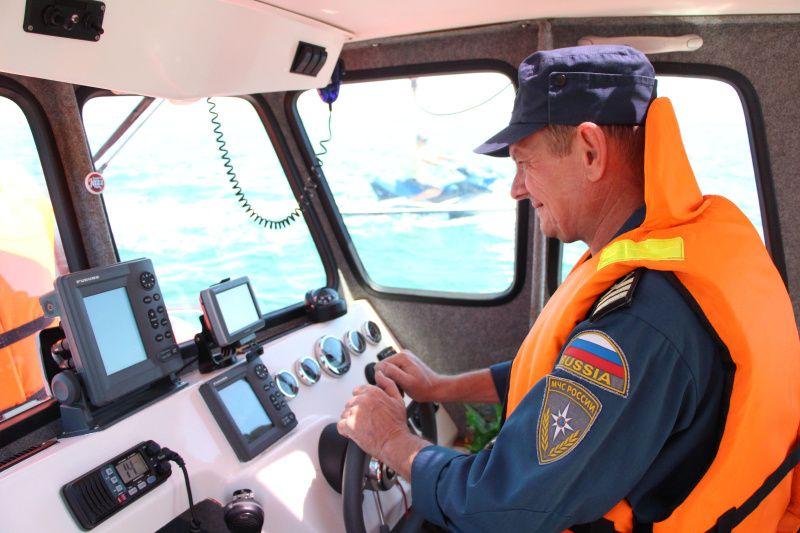 Спасатели эвакуировали четырех человек в лодке из-под Крымского моста