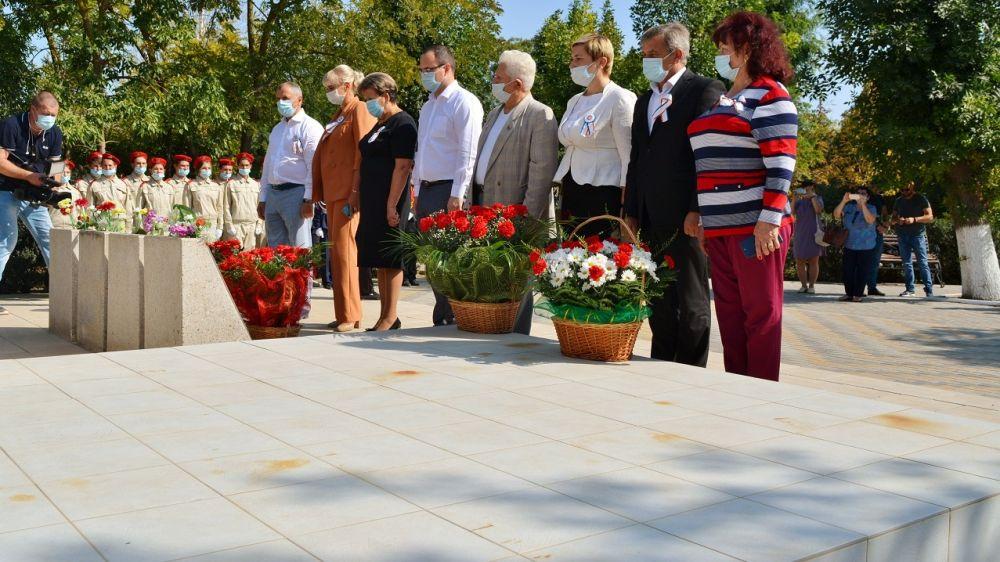 В пгт Первомайское состоялись торжественное открытие Почетного караула Вахты памяти поколений – «Пост №1» и акция «Наш флаг и герб завещано сберечь»