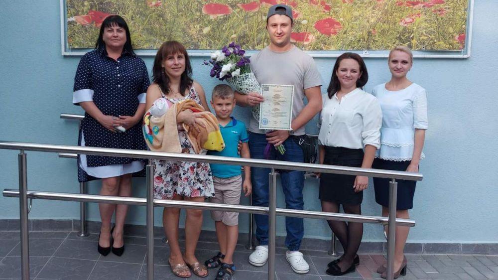Отел регистрации рождения города Симферополя вручил свидетельство о рождении родителям 4 000 ребенка с начала года