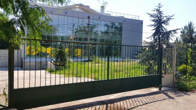 В Симферополе частную фирму заставят снести незаконно установленный забор на муниципальном участке
