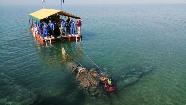 В Крыму со дна моря подняли американский истребитель - фото