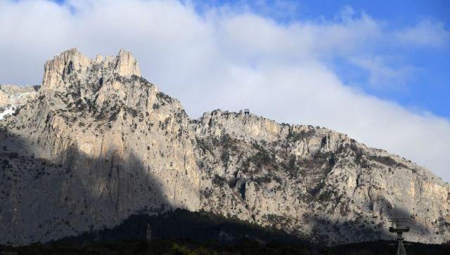 В Крыму со склона горы Ай-Петри сняли трех туристов