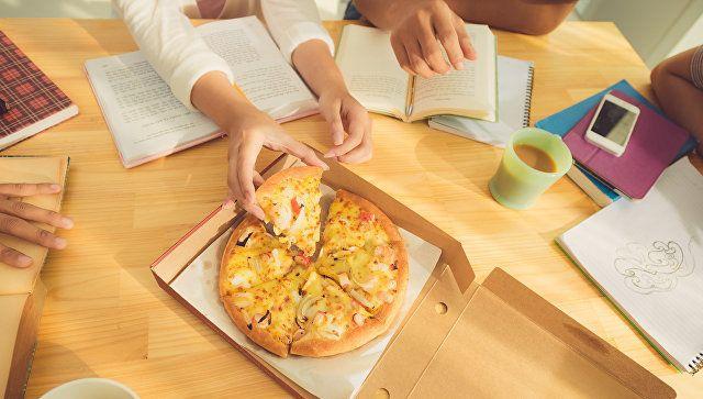 Клиент оставил доставщику пиццы почти миллион рублей чаевых