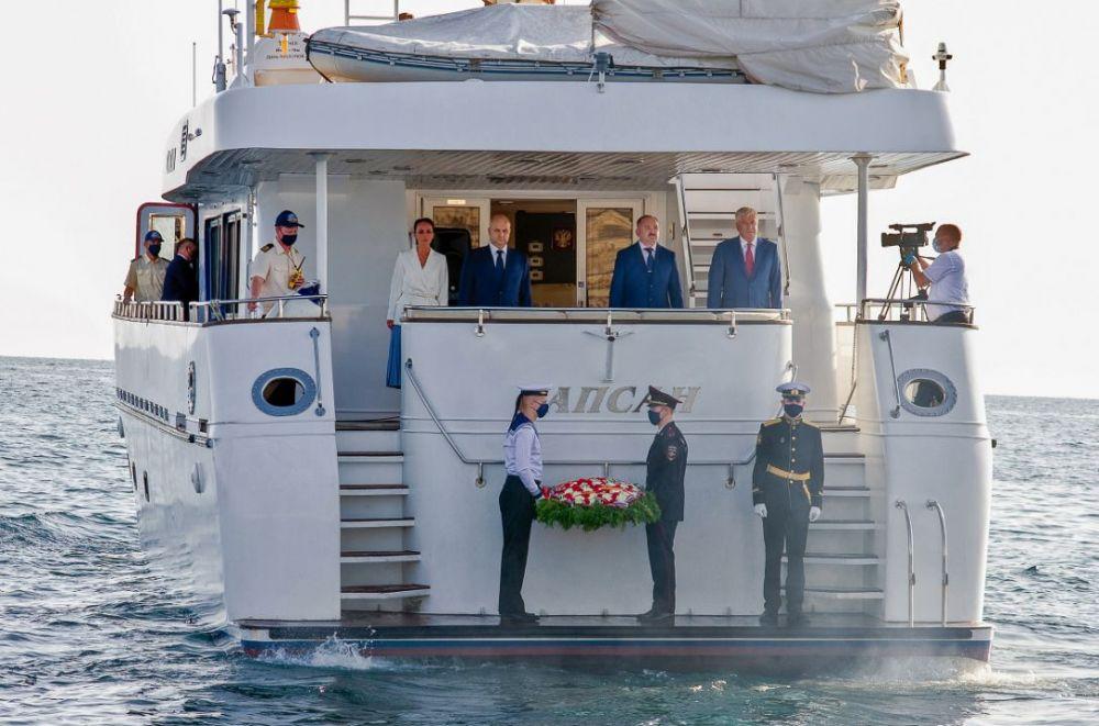 Колокольцев возложил цветы на воду в память о защитниках Севастополя
