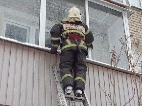 Крымские пожарные спасли ребенка из закрытой квартиры