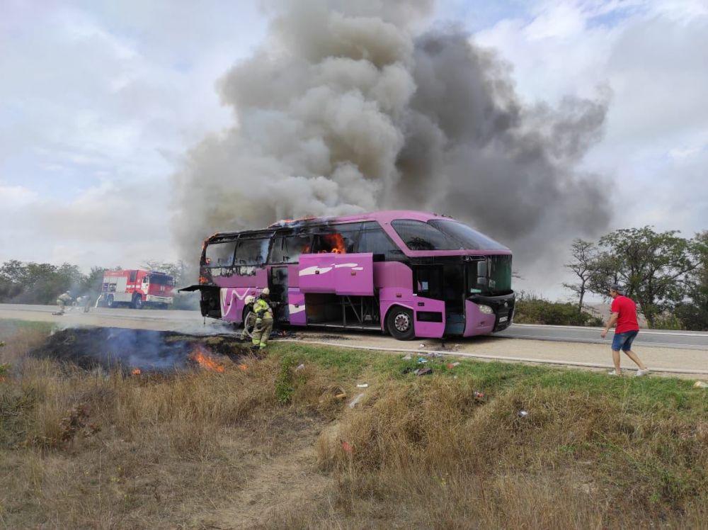 Под Керчью сгорел туристический автобус из Геленджика