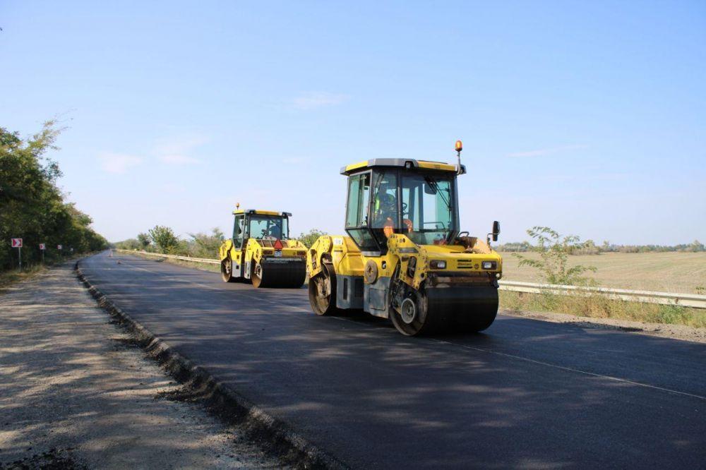 На некоторых дорогах Крыма заканчивают укладку асфальта и нанесение разметки
