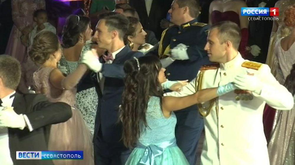 В Севастополе прошел традиционный офицерский бал