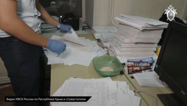 Взятки и наркотики: в Крыму задержали помощника прокурора - видео