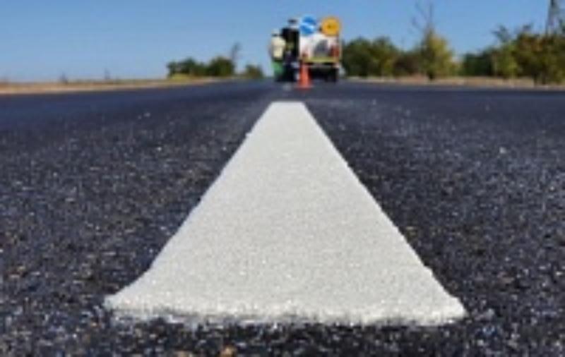 Дорожники наносят термопластиковую разметку на отемонтированных участках крымских дорог