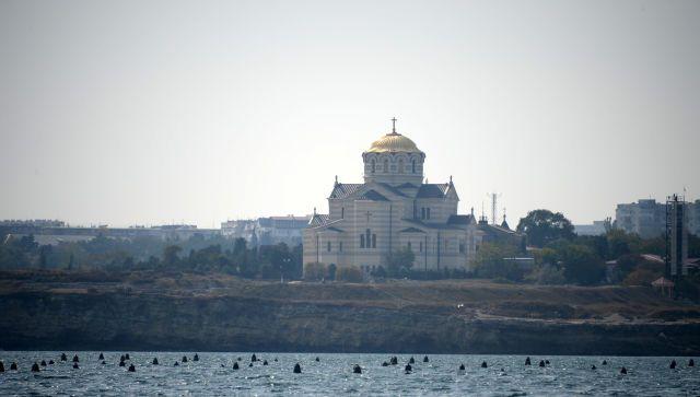 В Севастополе женщина хотела переплыть бухту и чуть не утонула